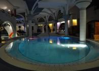 Éjszakai fürdőzés a zalaegerszegi színterápiás fürdőben